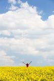 Frau mit den Armen hob hohes an und genoss Freiheit Stockfoto