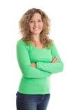 Frau mit den Armen kreuzte in einem grünen Hemd Stockbild
