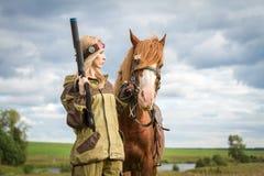 Frau mit den Armen und einem Pferd lizenzfreie stockbilder