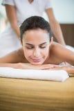 Frau mit den Augen beim Empfangen von Massage geschlossen Stockbilder
