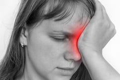 Frau mit den Augenschmerz hält ihr schmerzendes Auge stockbild