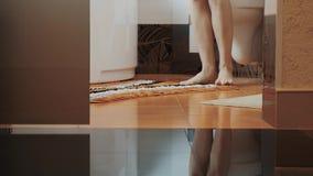 Frau mit den bloßen Beinen gehen in Badezimmer und bleiben an der Toilette Verschieben Sie Unterwäsche stock video