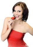 Frau mit den bloßen Schultern, die Erdbeere anhalten Lizenzfreie Stockfotografie