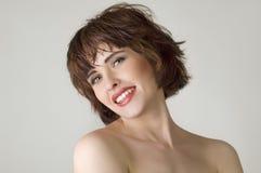 Frau mit den braunen kurzen Haaren Stockbild