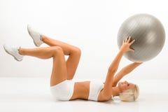 Frau mit den Eignungkugel-Übung abdominals weiß Stockfotos