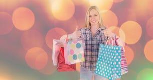 Frau mit den Einkaufstaschen, die Daumen zeigen, up Geste lizenzfreie abbildung