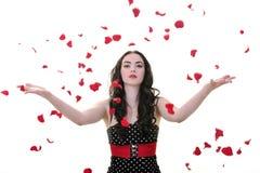 Frau mit den fallenden rosafarbenen Blumenblättern Stockfoto