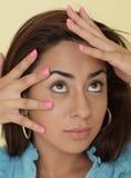 Frau mit den Fingern durch sie verblassen Lizenzfreie Stockfotografie
