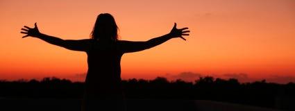 Frau mit den geöffneten Armen Stockbild