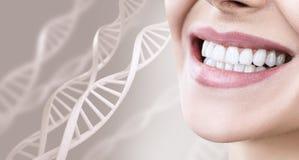 Frau mit den gesunden Zähnen und Lächeln unter DNA-Ketten lizenzfreies stockbild