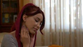 Frau mit den Gesundheitsproblemen, die Massage auf ihrer Kehle tun, um die Schmerz zu entlasten stock video