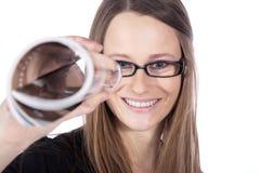 Frau mit den Gläsern, die durch schauen Stockbild