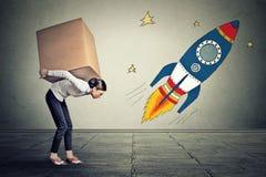 Frau mit den großen Zielen, die großen Kasten tragen Karriereherausforderungs-Zielkonzept lizenzfreie stockfotografie