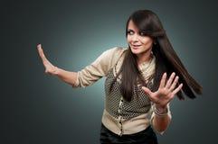 Frau mit den Händen angehoben Lizenzfreie Stockfotografie