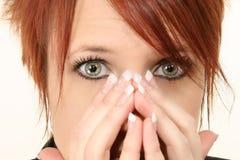 Frau mit den Händen auf Gesicht Lizenzfreies Stockfoto