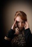 Frau mit den Händen auf Kopf Stockfoto