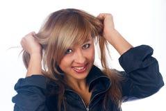 Frau mit den Händen im Haar Stockfotografie