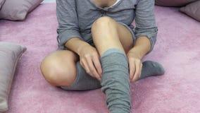 Frau mit den juckenden Beinen stock footage