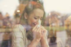 Frau mit den kalten Symptomen, die ihre Nase durchbrennen stockfotos