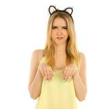 Frau mit den Katzenohren, die im Studio aufwerfen Stockfoto
