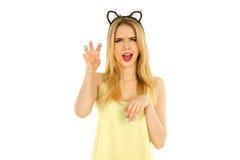 Frau mit den Katzenohren, die im Studio aufwerfen Lizenzfreies Stockfoto