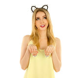 Frau mit den Katzenohren, die im Studio aufwerfen Lizenzfreies Stockbild