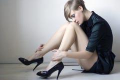 Frau mit den langen Fahrwerkbeinen lizenzfreie stockfotos