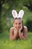 Frau mit den lustigen Kaninchenohren Lizenzfreies Stockfoto