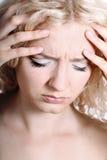 Frau mit den Migränekopfschmerzen-Holdinghänden zum Kopf Stockfotos