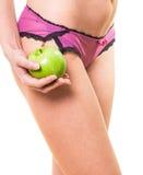 Frau mit den perfekten Beinen und Apfel in der Hand Stockfotos