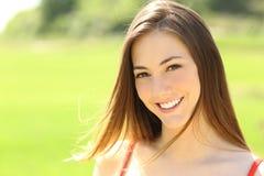 Frau mit den perfekten Zähnen und dem Lächeln, die Sie schaut Stockfoto