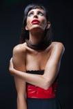 Frau mit den roten Lippen und Bogen lizenzfreie stockfotografie