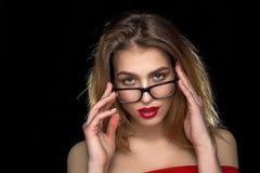 Frau mit den roten Lippen und den Gläsern im Studio Lizenzfreie Stockfotografie