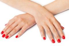 Frau mit den schönen manikürten roten Fingernägeln Stockfotos