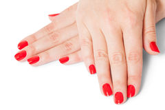 Frau mit den schönen manikürten roten Fingernägeln Lizenzfreies Stockfoto