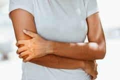 Frau mit den Schmerz in der Schulter und im Oberarm Lizenzfreie Stockfotos