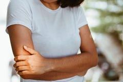 Frau mit den Schmerz in der Schulter und im Oberarm Lizenzfreie Stockbilder