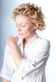 Frau mit den Schmerz in ihrer Schulter lizenzfreie stockbilder