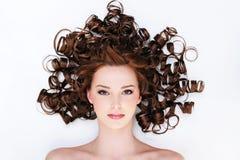 Frau mit den schönen lockigen Haaren Lizenzfreies Stockfoto
