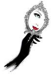Frau mit den schwarzen Handschuhen, die einen Spiegel betrachten Lizenzfreies Stockbild