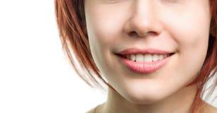 Frau mit den vollkommenen frischen Zähnen und den Lippen Stockfoto
