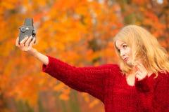 Frau mit der alten Kamera im Freien Lizenzfreies Stockbild