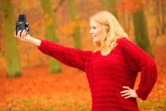 Frau mit der alten Kamera im Freien Stockfotos