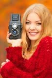 Frau mit der alten Kamera im Freien Stockfotografie
