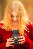 Frau mit der alten Kamera im Freien Stockbilder