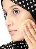 Frau mit der Baumwollauflage, die Gesichtspuder anwendet Stockfoto
