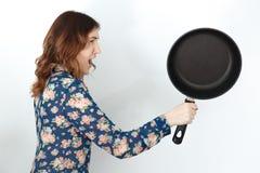 Frau mit der Bratpfanne lokalisiert auf weißem Hintergrund Stockfotos