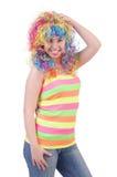 Frau mit der bunten Perücke lokalisiert Lizenzfreie Stockfotografie