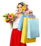 Frau mit der Einkaufstasche, die Blume anhält. Stockbilder