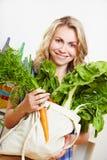 Frau mit der Einkaufstasche voll Lizenzfreies Stockfoto